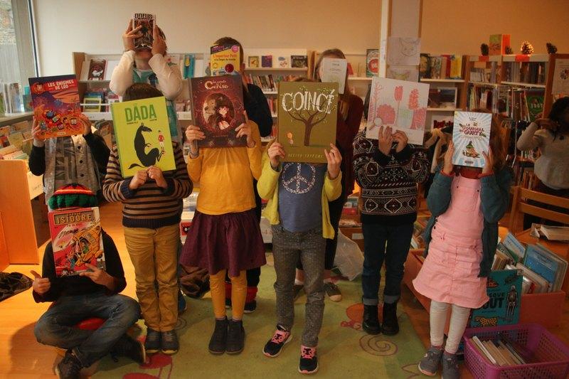 Les enfants levant leur livre coup de coeur